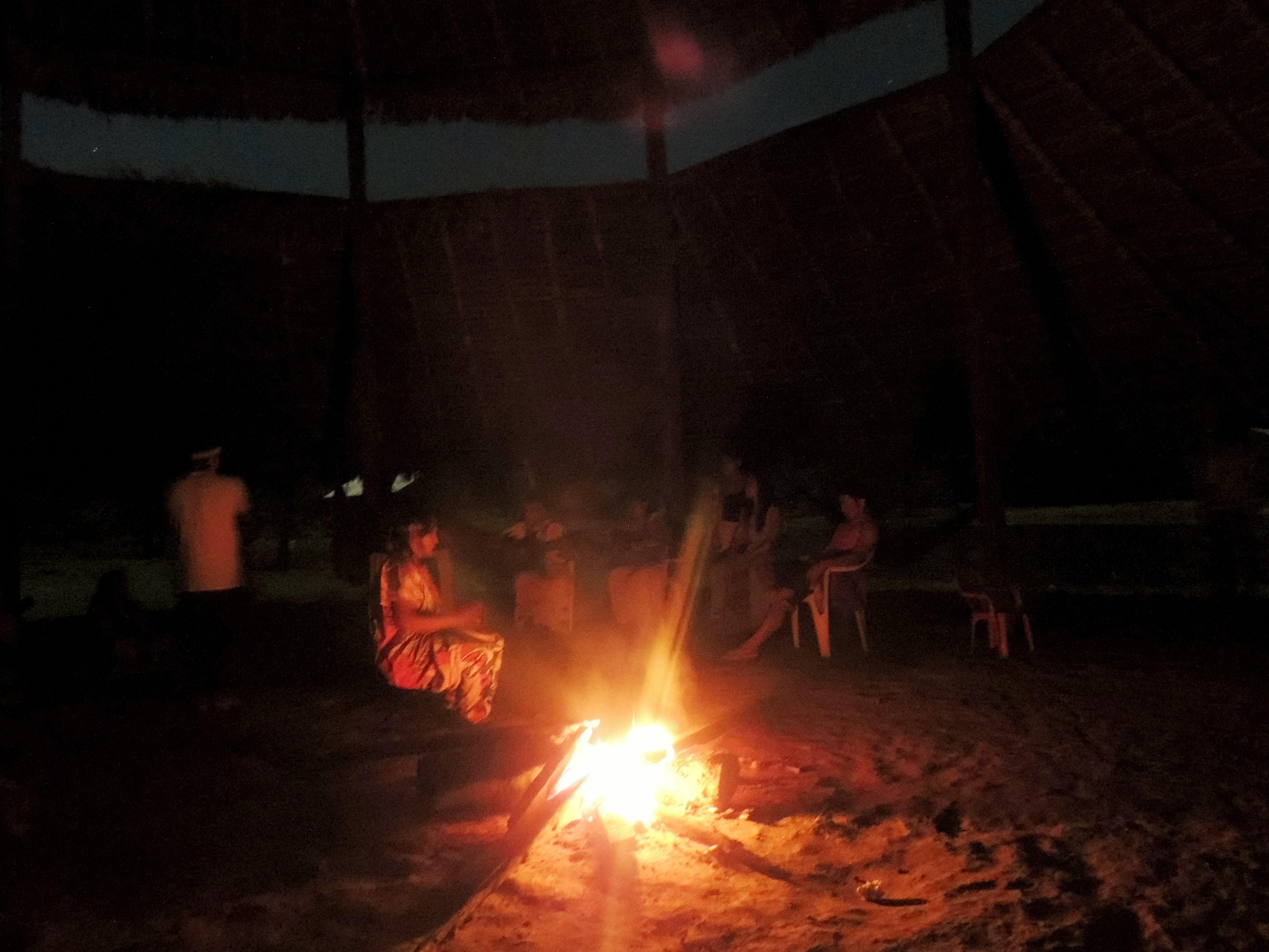 Fogueira noturna na aldeia