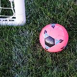 Růžový fotbalový míč