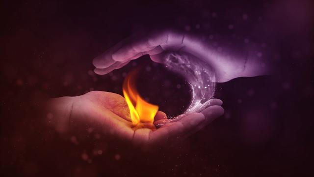 זוג ידיים - אש ומים