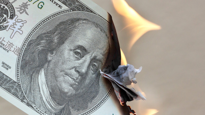 שטר כסף עולה בלהבות