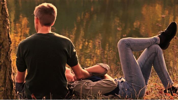 זוג אוהבים ליד אגם
