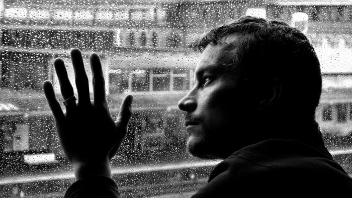מביט אל הגשם שממשיך לרדת