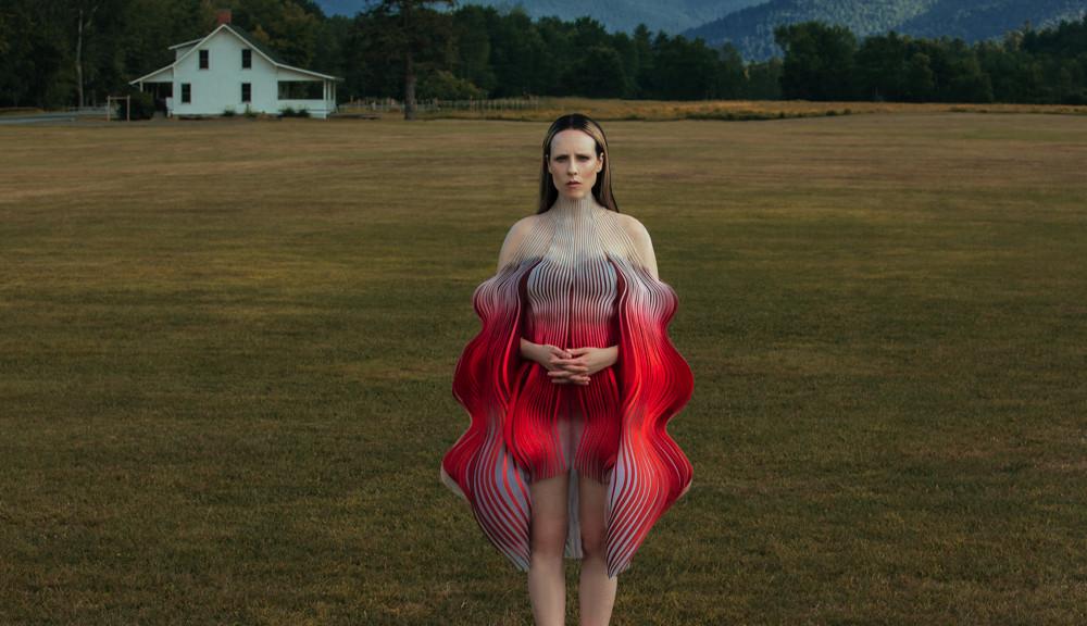 Allie in un visual del progetto in Iris Van Herpen