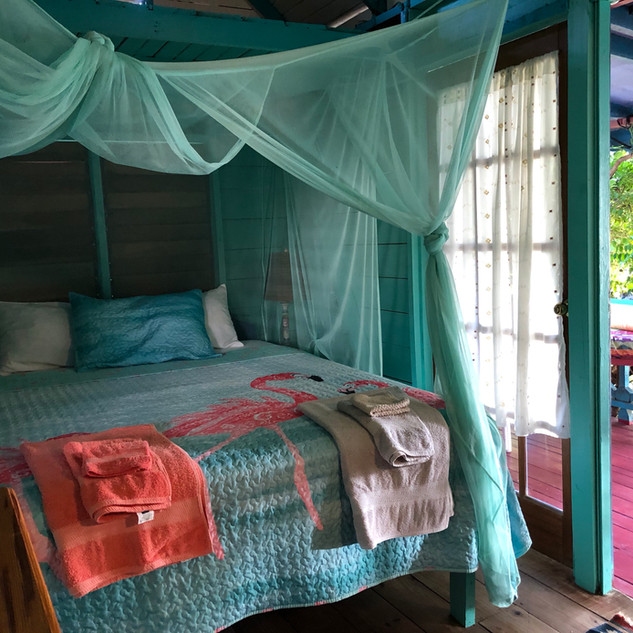 Queen size bed/beachfront cottage