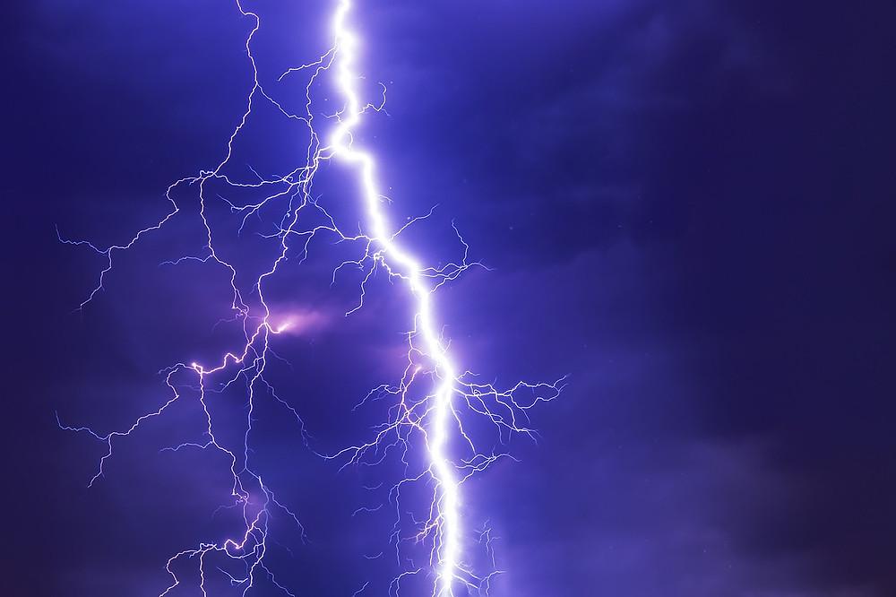 סערת ברקים בלילה