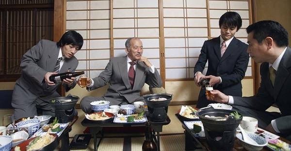 в Японии бутылку держат двумя руками