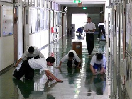 офисные работники Японии убирают свой офис
