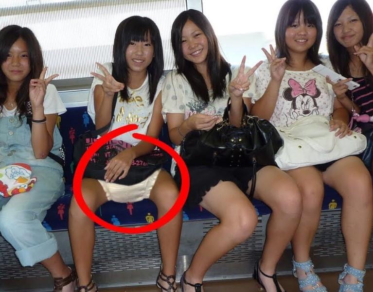 молодое население Японии все чаще носит подгузники