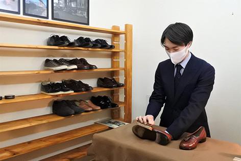 полировка обуви клиентов в японских салонах красоты