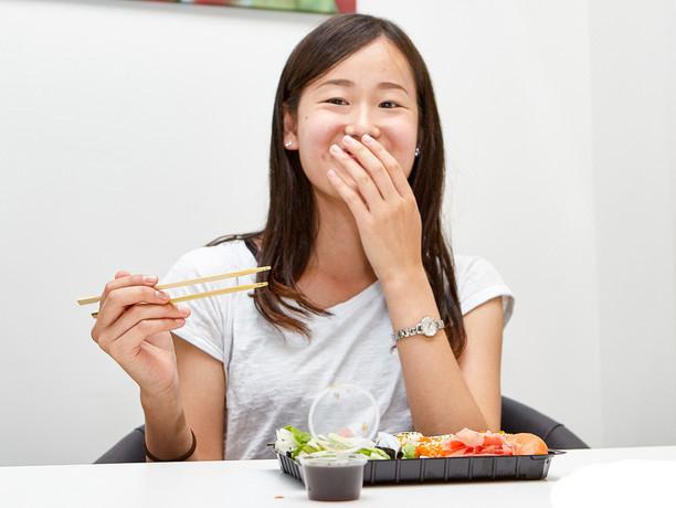 Японкам стыдно откусывать еду и показывать зубы