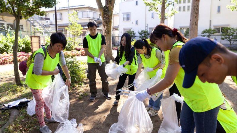 японцы на уборке собственного дворика