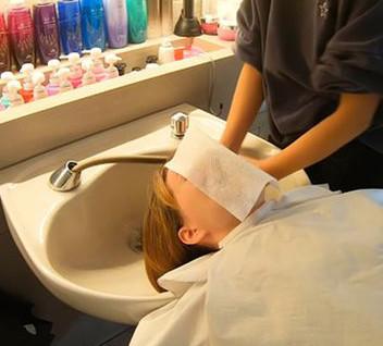 японцы в салонах  во время мытья головы на лицо кладут салфетку