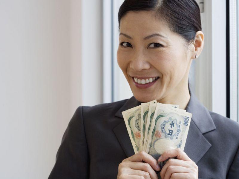 японская женщина распоряжается бюджетом