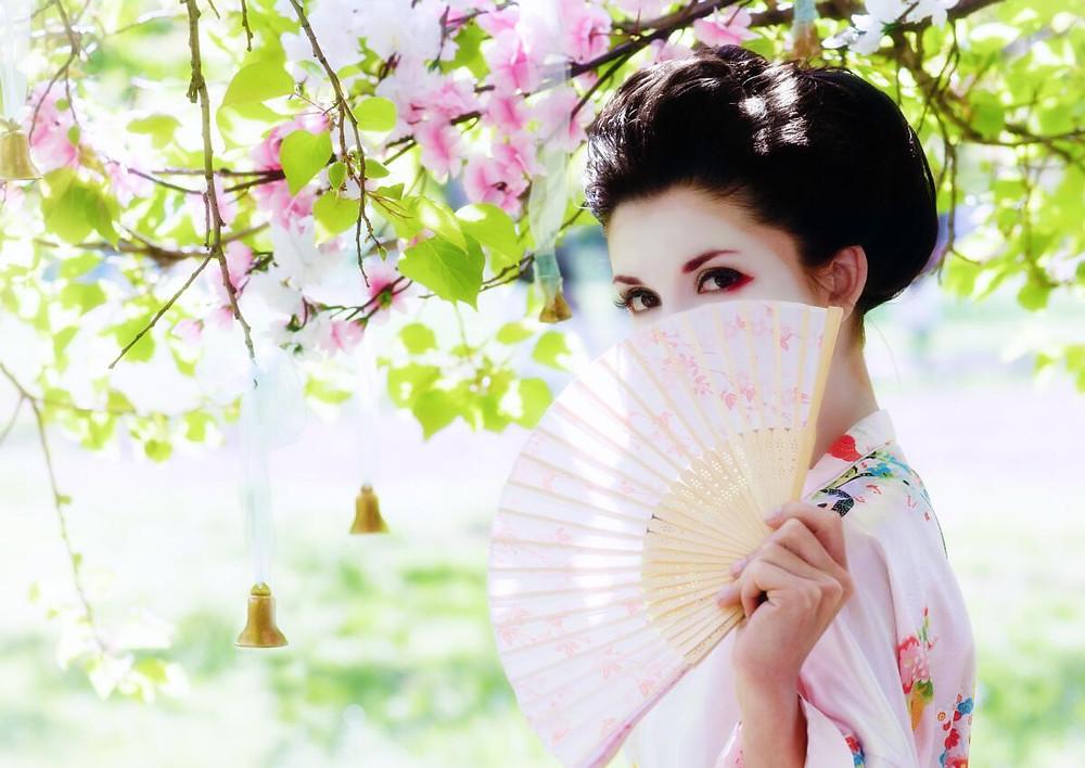 японки прячут лица от божественных сил