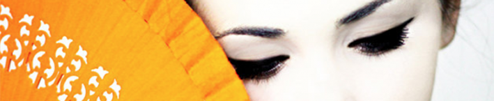 японка с опущенными глазами и веером
