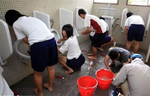 японские школьники сами моют в школах туалеты