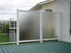 aluminum-privacy-wall-with-pinhead-glass
