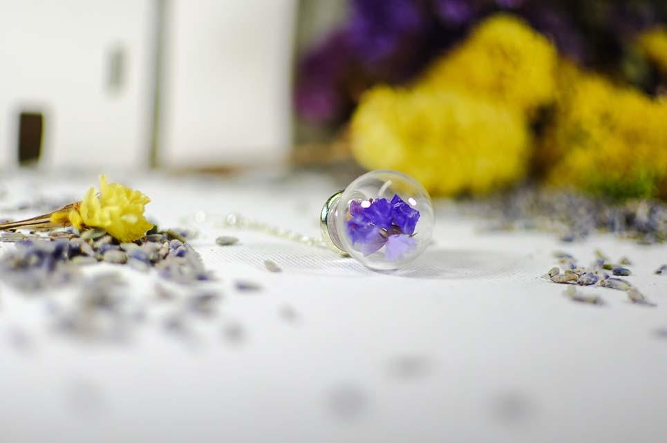 collana con fiori di statice