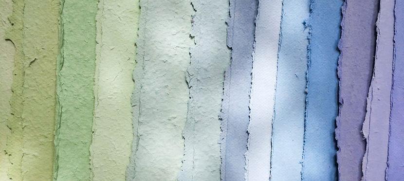 fogli di carta che germoglia tinti con colori naturali, tonalità verdi, azzurre e viola di carta piantabile, plantable paper, carta fatta a mano in italia da redacia