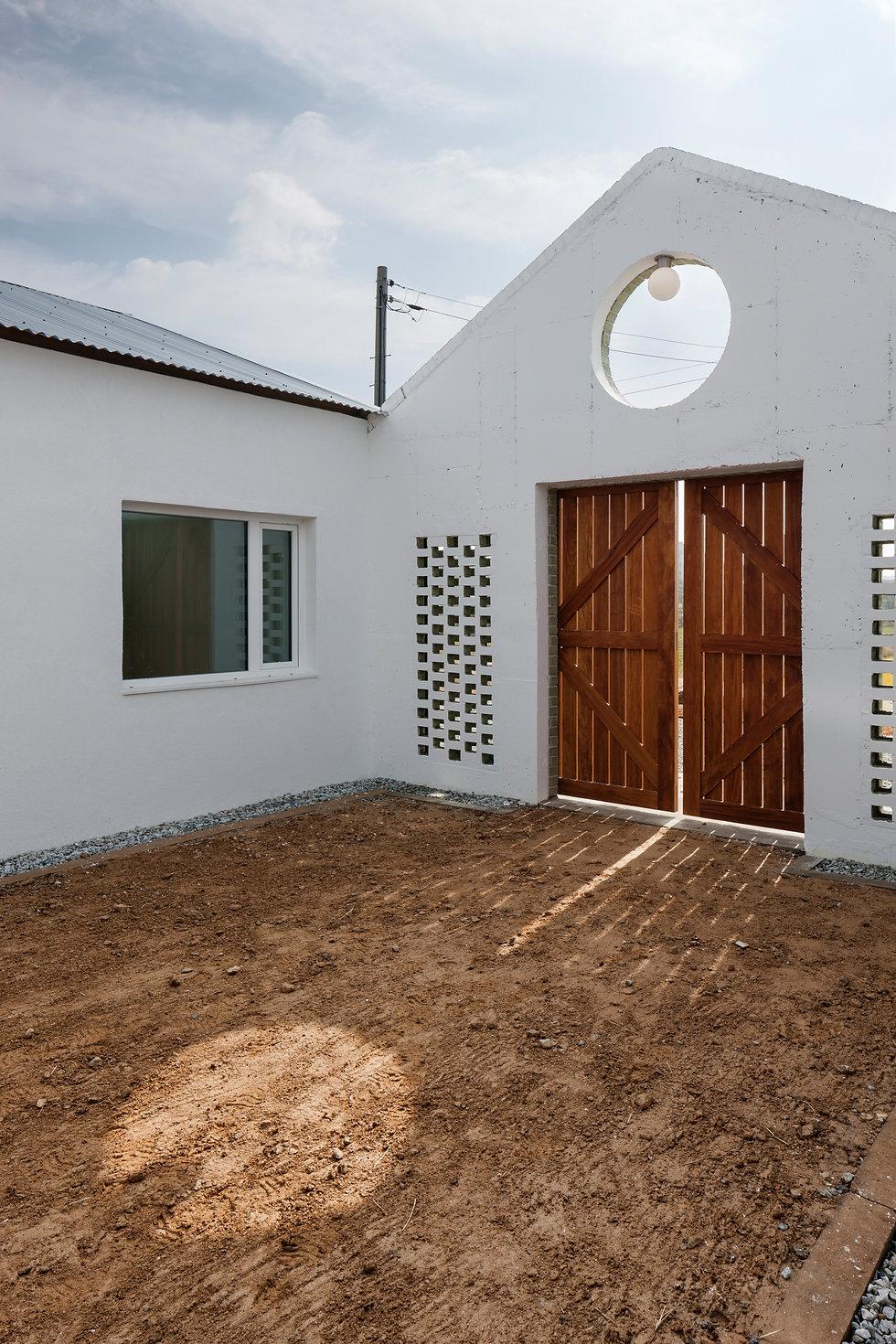 음성 디귿집 농가주택  마당 흙 에이오에이