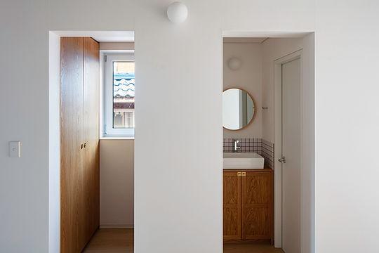 망원동 단단집 화장실 및 옷장