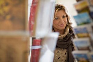 Frau schaut auf Postkarten