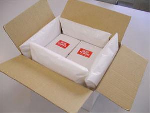 箱の四隅にあるのがエコ緩衝材です