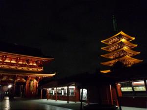 静かな浅草寺は、普段とは違う風情があり、ライトアップもより美しく思える