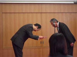 台東区長の吉住弘氏から表彰を受けた私