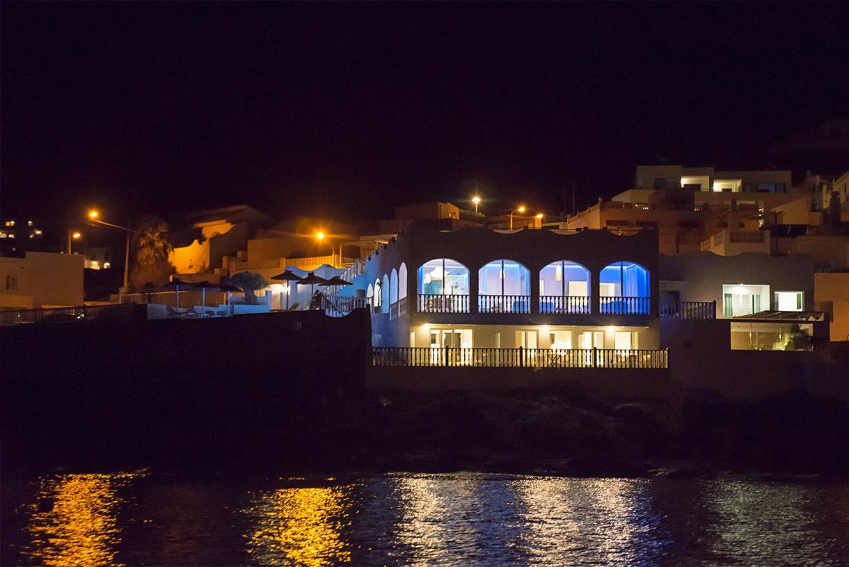 vista-noche-mar-hotel-villa-lujo