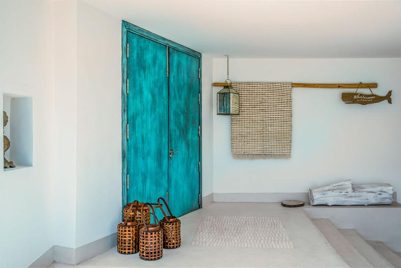 villa-singular-puerta-entrada