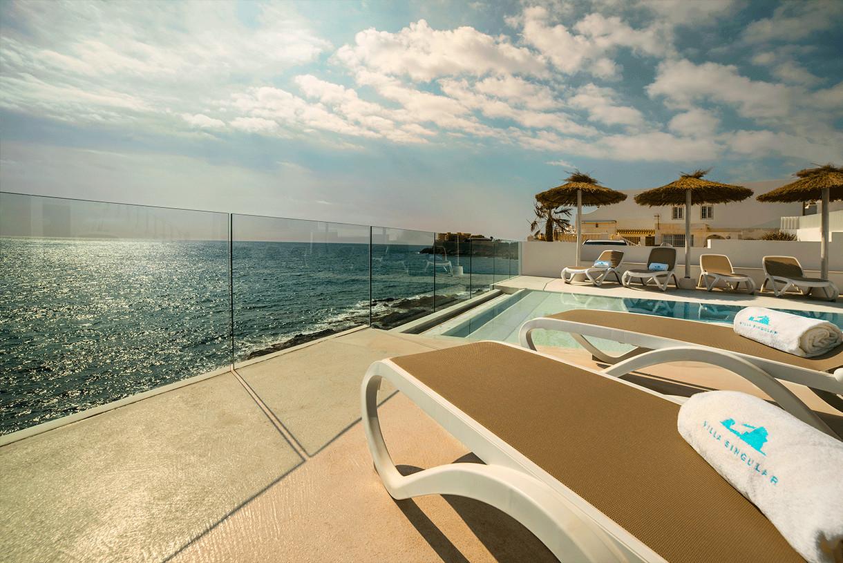 terraza-piscina-frente-al-mar-mediterraneo