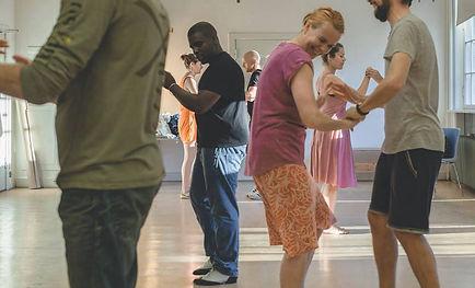 Vi har mange faste hold, som danser hver uge.