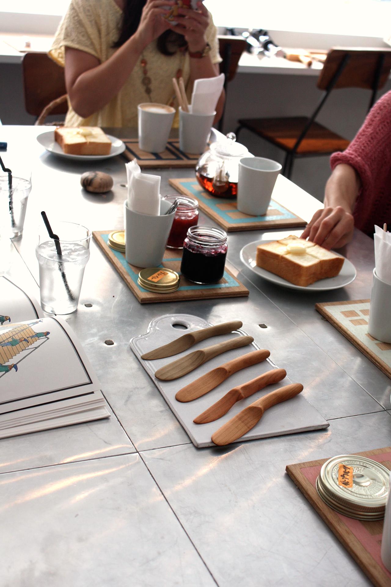 できたてトーストとバターナイフ