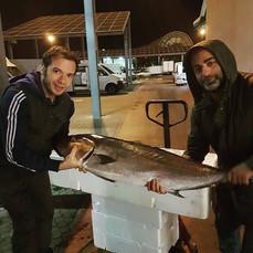 Selezionare solo il meglio! Nottata fruttuosa per Jonata Iengo, proprietario, e Adrian al mercato del pesce