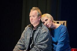 Андрей Зарецкий и Юлия Рутберг в спектакле «Девичник над вечным покоем»