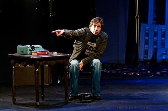 Григорий Антипенко. Фотография спектакля«Двое на качелях»