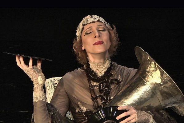 Юлия Рутберг в роли Сары Бернар на сцене Театра им. Вахтангова