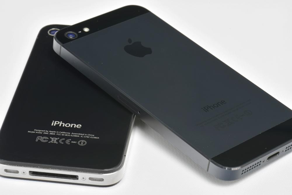The iPhone 4 (left) and iPhone 5 (right).