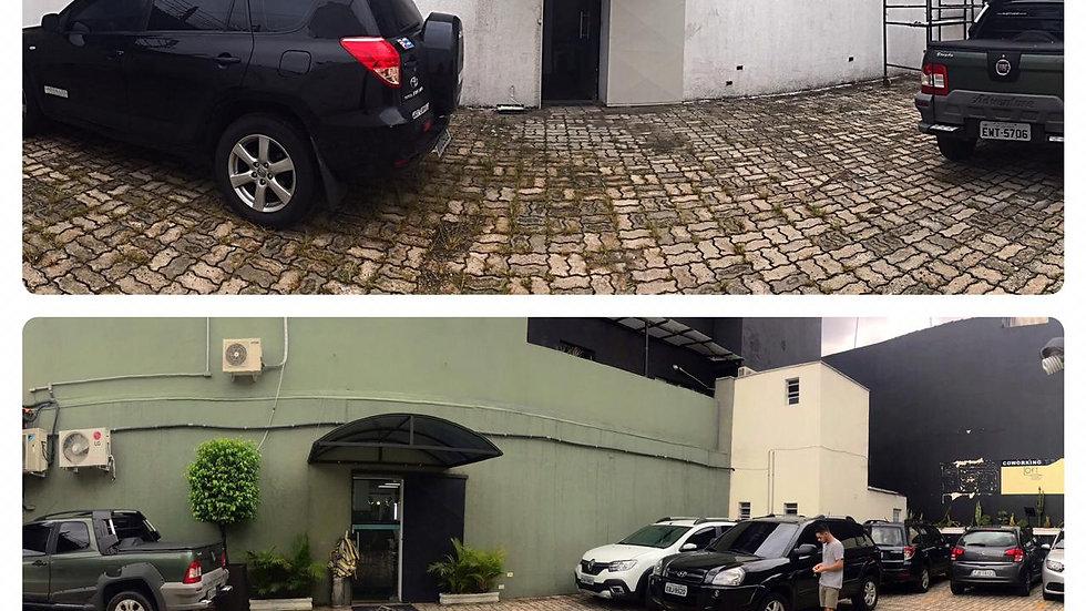 Amplo estacionamento e localização privilegiada