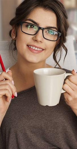 Mujer_con_taza_de_café.jpg