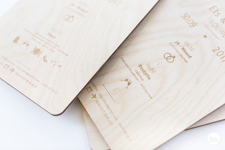 Uitnodiging gegraveerd in hout