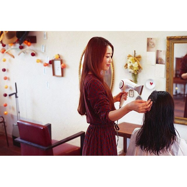 先日、友達に撮ってもらいました✨__自分が仕事してる姿って見れないから新鮮で、ちょっと恥ずかしい。^ ^__#連投失礼します#Noelle#徳島美容室#徳島#tokushima#美容室