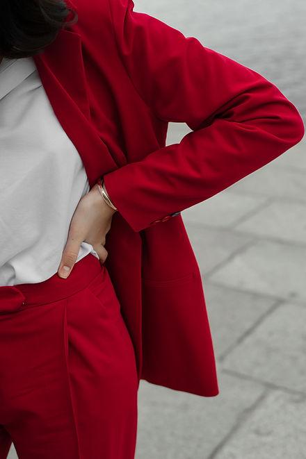 kvinna i rött