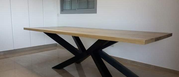 שולחן מעוצב רגלי עכביש מעץ אורן מלא עם פלטת עץ אלון