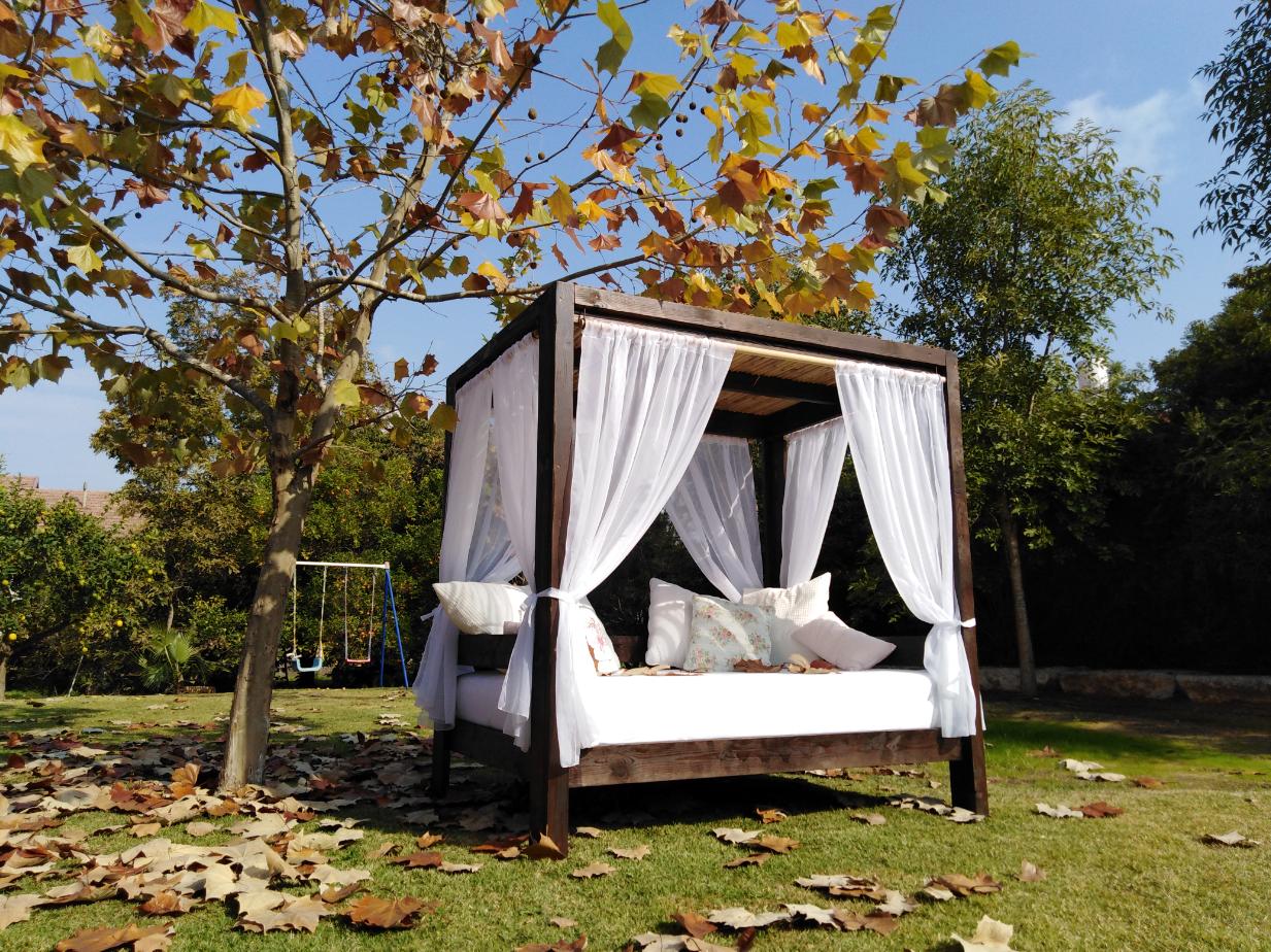 מיטת אפריון מעץ מלא