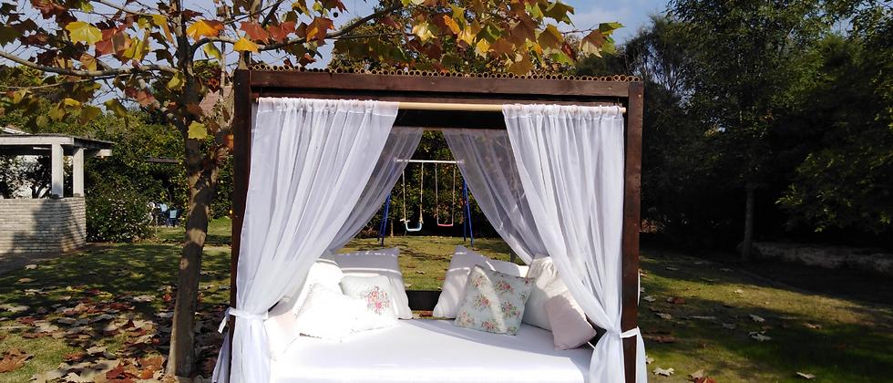 מיטת אפריון מעץ מלא בצבע אגוז