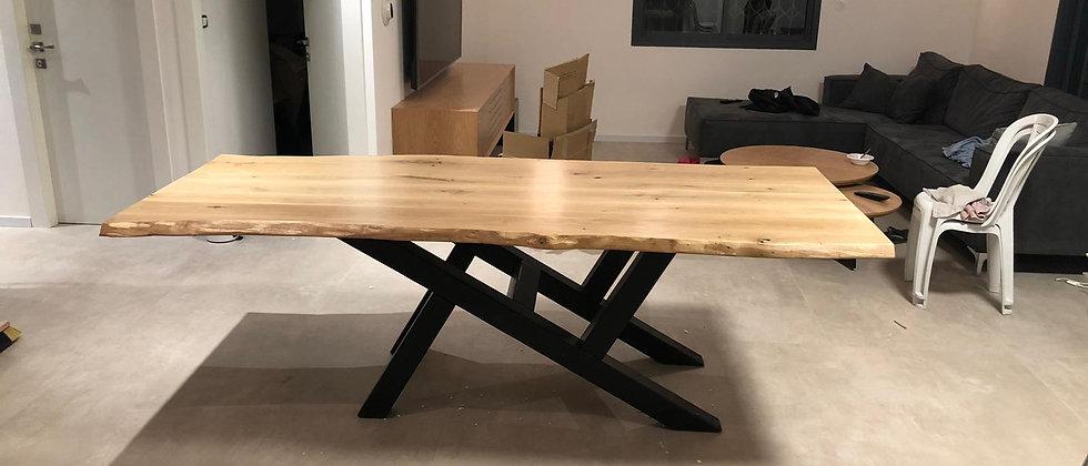 שולחן סלון. רגליים מעץ אורן מעוצבות עם פלטת עץ אגוז אפריקאי