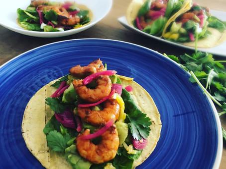 Tacos de Langostinos con Aguacate, Mango y Cebolla encurtida