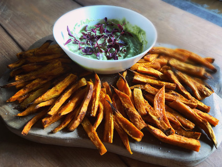 Chips de Boniato con Salsa de Aguacate y Cilantro